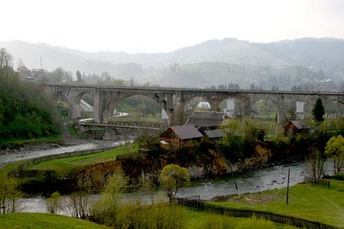 Арочный мост над рекой